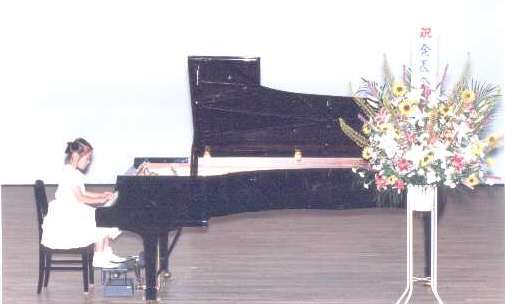 Miku spiller piano